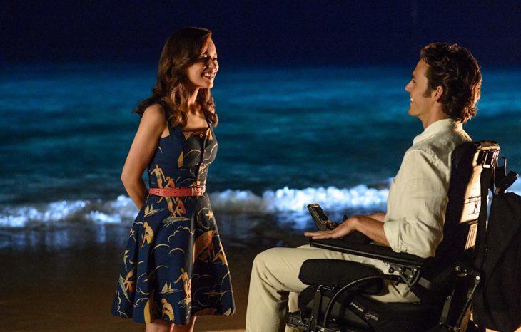 Emilia Clarke y Sam Claflin a la orilla del mar, charlando y mirándose de frente, escena de la película Yo antes de ti