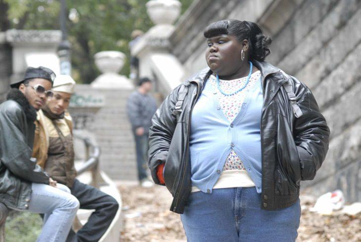Gabourey Sidibe paseando por las calles de Nueva York, escena de la película Precious