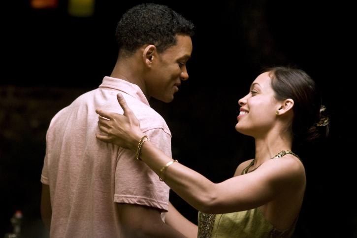 Will Smith bailando con Rosario Dawson durante una velada, escena de la película Siete Almas
