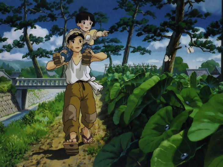 Dibujo animado de un niño japones cargando a su hermana de paseo por el bosque, escena de la película La tumba de las luciernagas, Studio Ghibli