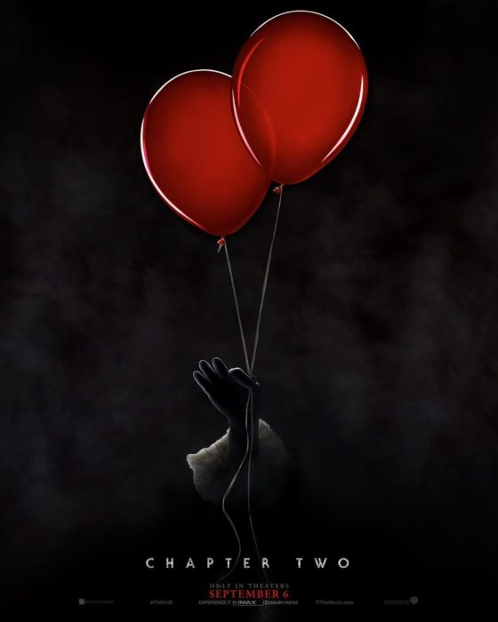 Mano de payasos sosteniendo dos globos, poster oficial de la película It: Capítulo 2