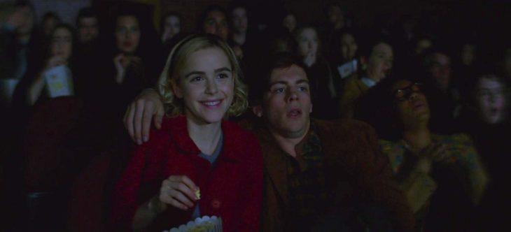 Harvey abrazado a Sabrina, escena de la serie El mundo oculto de Sabrina