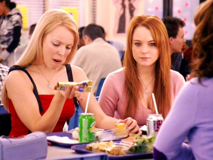 Regina George comiendo junto a Cady Heron en Chicas pesadas
