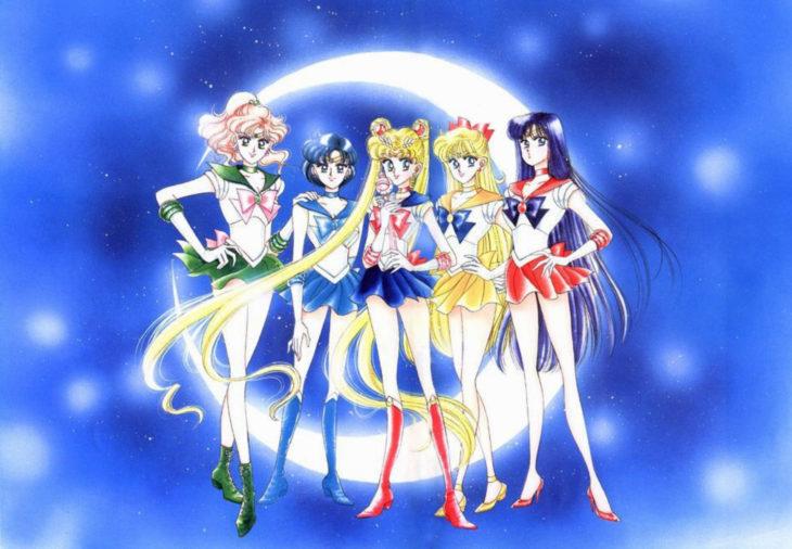 Curiosidades sobre caricatura Sailor Moon; Jupiter, Mercurio, Serena, Venus y Marte; Lita, Ami, Usagi, Mina y Rei, con Luna de fondo