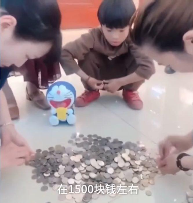 Guo Yifan rompió sus alcancías con todos sus ahorros para comprarle a su mamá un anillo en el Día de las Madres