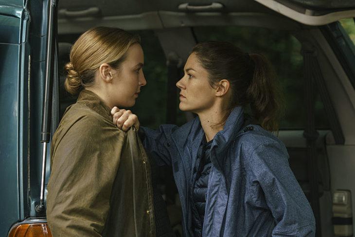 Escena de la serie Killing Eve: mujeres retandose con la mirada mientras hablan frente a frente molestas