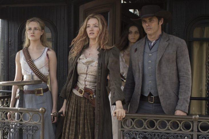 Escena de la serie Westworld. Protagonistas vistiendo como vaqueros y viendo fijamente a la nada