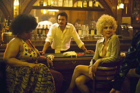 Escena de la serieThe Deuce. Mujeres sentadas en un bar esperando tomar un trago