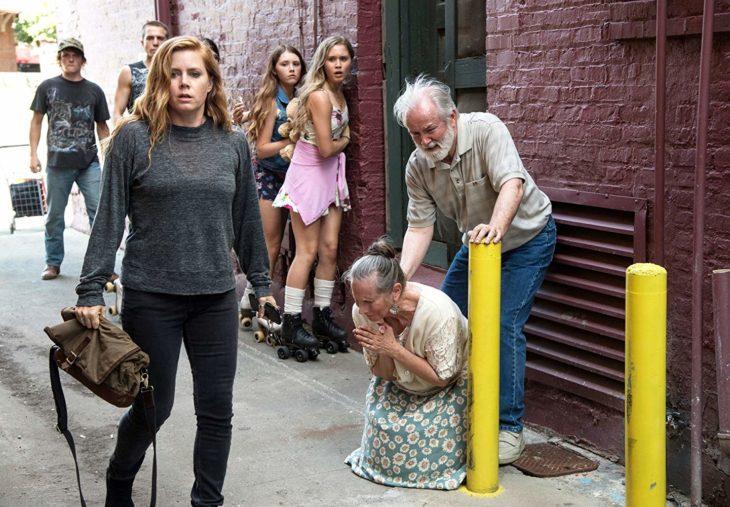 Escena de la serie Heridas Abiertas. Amy Adams descubriendo un cadáver