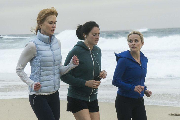 Escena de la serie Big Little Liars. Mujeres corriendo por la playa conversando