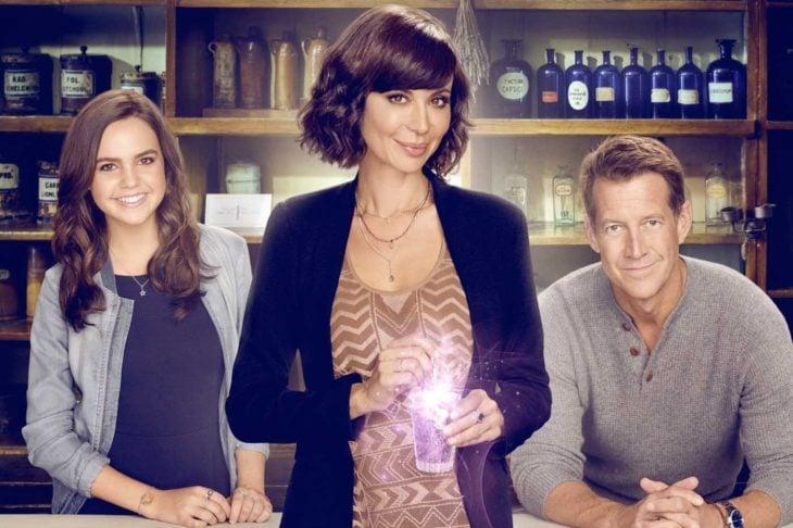 Poster de la serie de Netflix: The Good Witch. Mujer sosteniendo un vaso con un tónico morado
