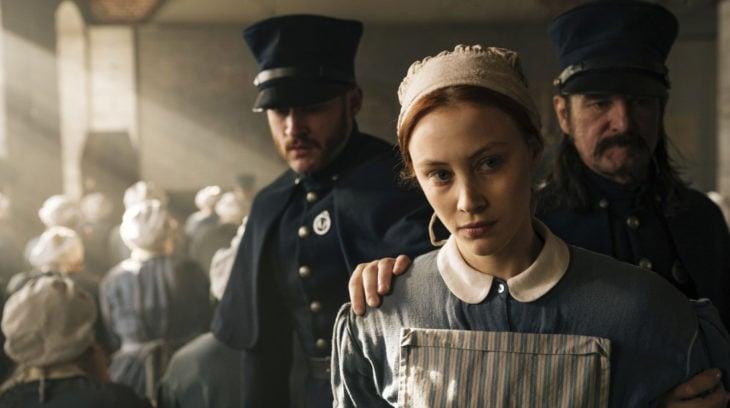 Escena de la serie Alias Grace. Ama de llaves detenida por dos policías