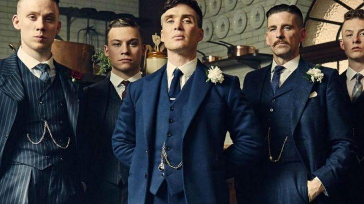 Poster de la serie : Peaky Blinders. Personajes vestidos con traje de gala mientras posan para una fotografía