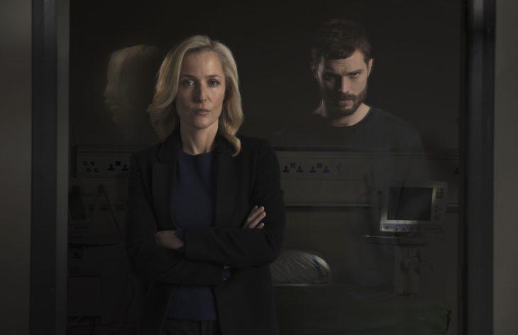 Serie de Netflix: The Fall. Jamie Dornan viendo a través de un espejo a una detective que busca encarcelarlo