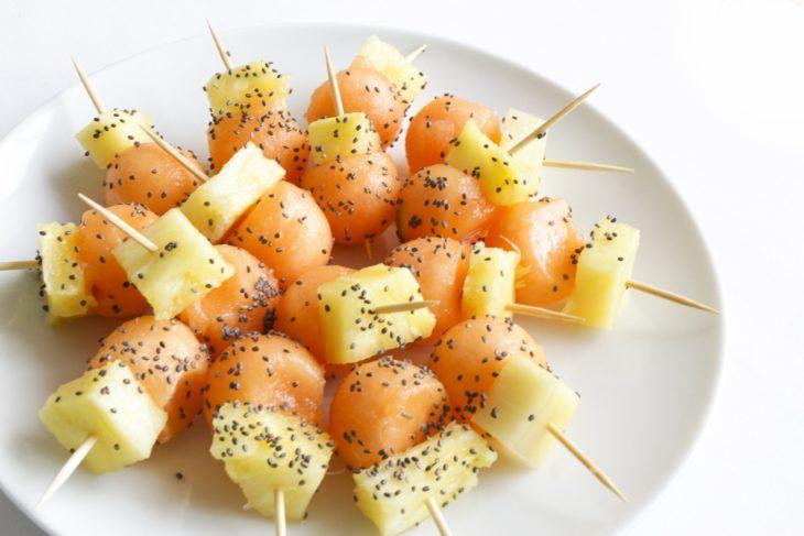 Bolitas de melón con piña y chía