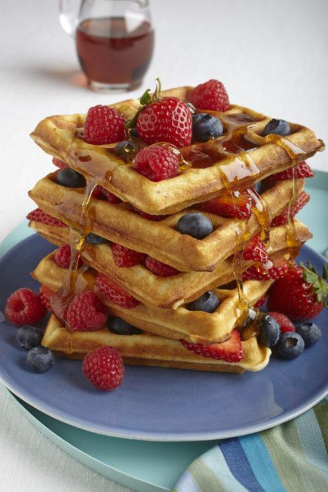 Waffles con miel zarzamoras y moras