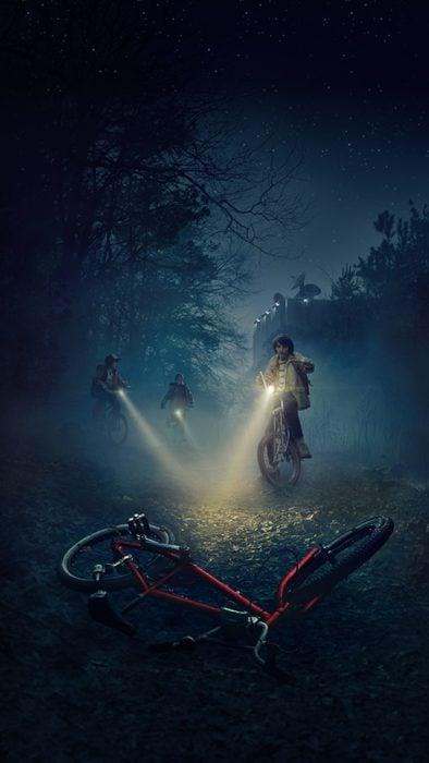 Wallpapers de serie Stranger things; fondo de pantalla para celular de Mike, Dustin y Lucas andando en bicicleta