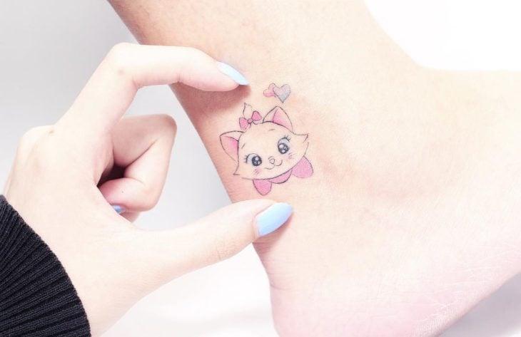 Tatuaje minimalista de gata de los Aristogatos, Marie de Disney en el tobillo