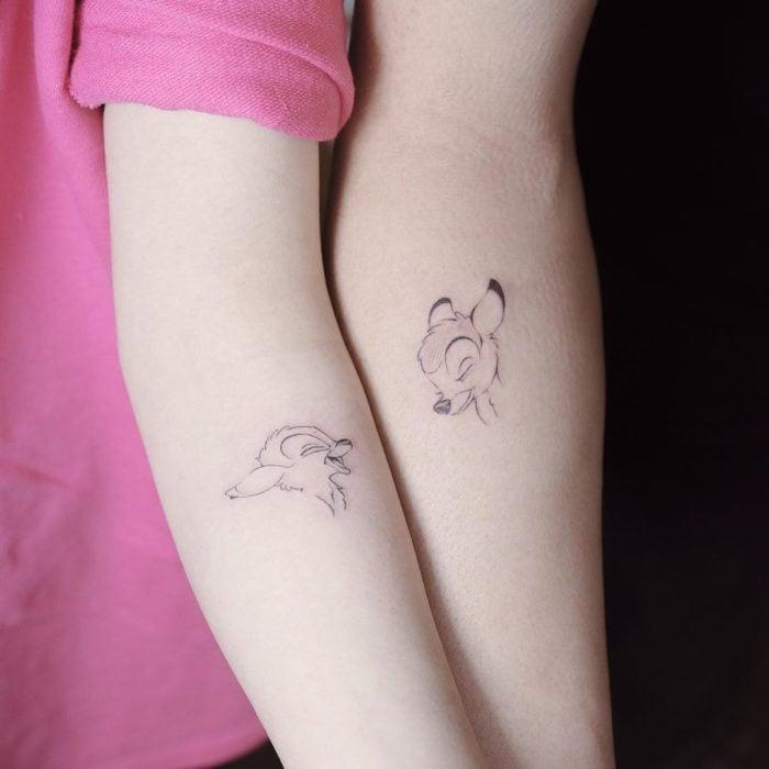 Tatuaje minimalista de amigas de Bambi y Faline de Disney en el brazo