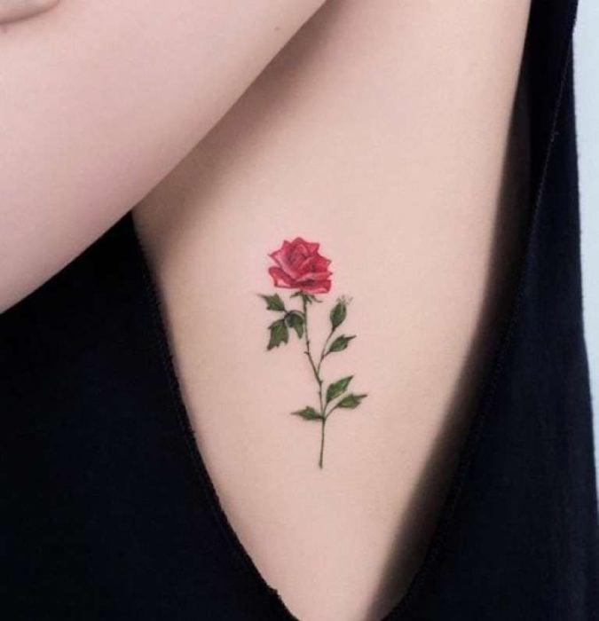 Diseño de tatuaje de una rosa colocada en las costillas