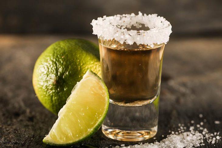 Tequila con sal y limón remedio para la osteoporosis