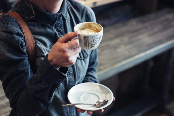 Chica sosteniendo una taza de café