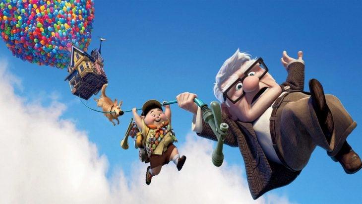 Curiosidades de película de Disney-Pixar, Up: una aventura de altura; Carl Fredricksen, Russell y Dug colgando de la casa en el cielo con miles de globos