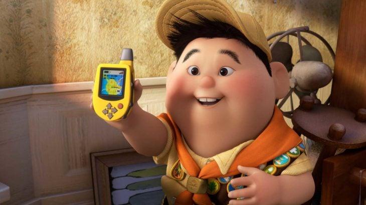 Curiosidades de película de Disney-Pixar, Up: una aventura de altura; niño Russell con teléfono amarillo con mapa