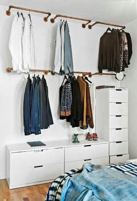armario elaborado con pequeños tubos de madera y cajones fijos