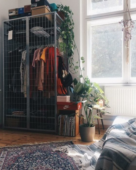 armario improvisado con jaula de metal en tono gris dentro de una habitación para chicas