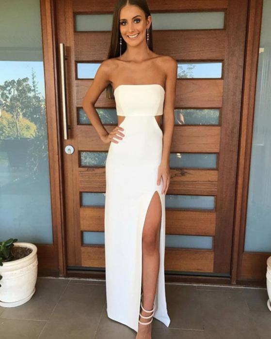 Chica usando un vestido blanco straple con una abertura en la pierna