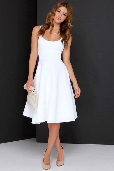Chica usando un vestido midi de color blanco