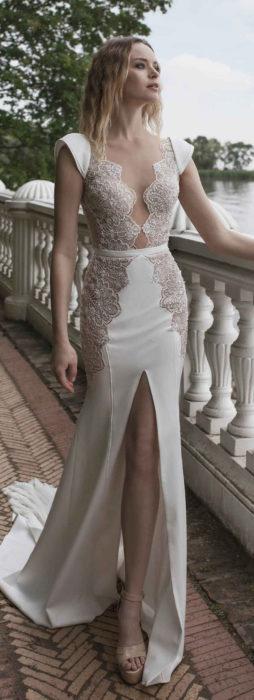 Chica usando un vestido blanco con encaje y bordados en el pecho y la falda