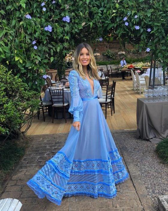 Ideas de vestidos para boda en jardín al aire libre; chica de cabello con tinte ombré, corte long bob, vestido azul cielo, con mangas, largo y encaje