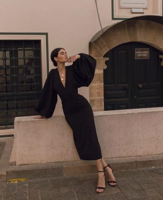 Chica usando un vestido midi de mangas bombachas