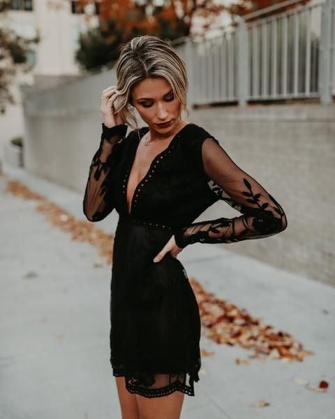 Chica usando un vestido de color negro y posando para una sesión de fotos