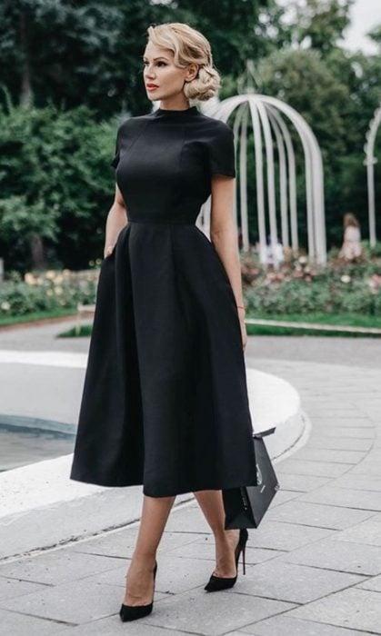 Chica usando un vestido de color negro liso