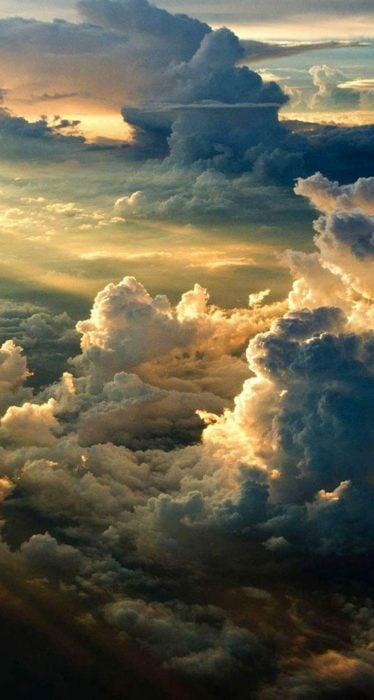 Wallpaper de naturaleza para celular; fondo de pantalla del cielo con muchas nubes y rayos de sol