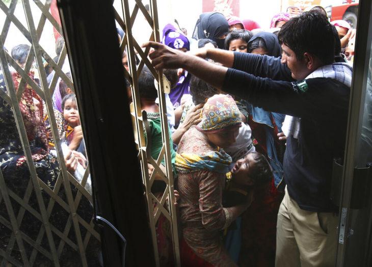 personas tratando de entrar a un hospital en Pakistán