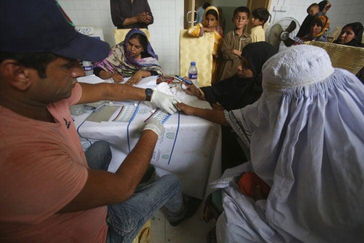 pacientes en un hospital recibiendo transfusión sanguínea