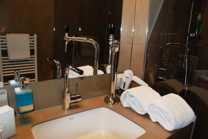 habitación de hotel con su propio dispensador de cerveza