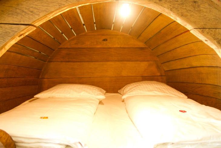 camas dentro de un barril cervecero