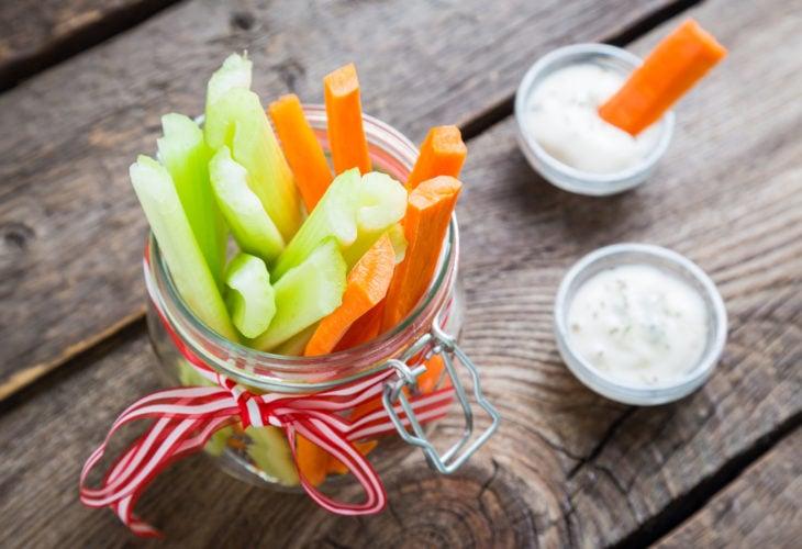 Palitos de zanahoria y apio con aderezo