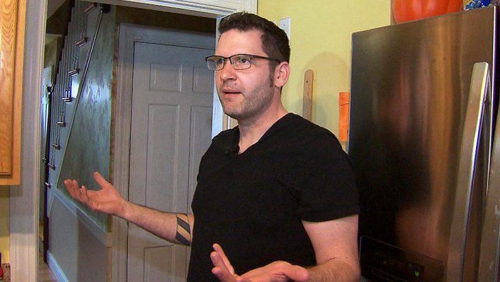 Nate Roman hombre explicando como los ladrones entraron a su casa y no se llevaron nada, solo la limpiaron