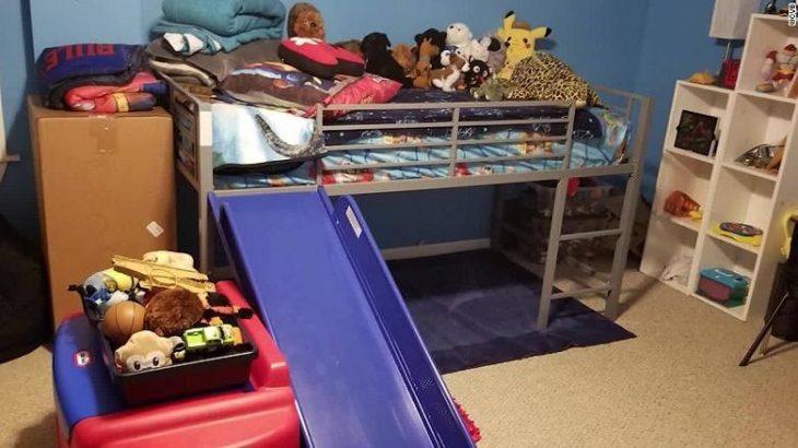 Cuarto de un niño con los juguetes recogidos y puestos en la cama