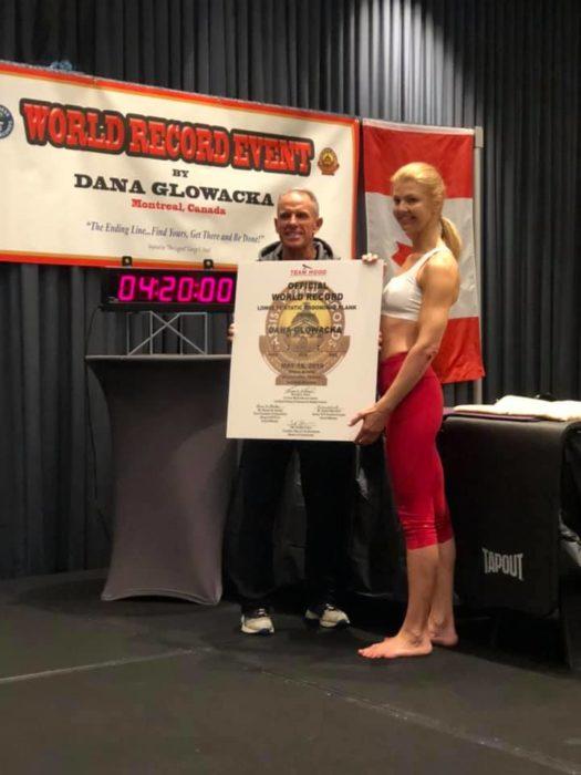 Dana Glowacka con certificado por premio ganado