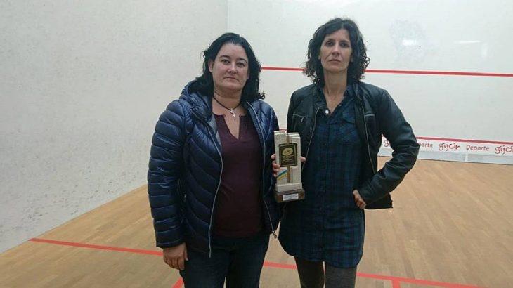campeonas de squash premiadas con trofeo, vibrador y cera depilatoria