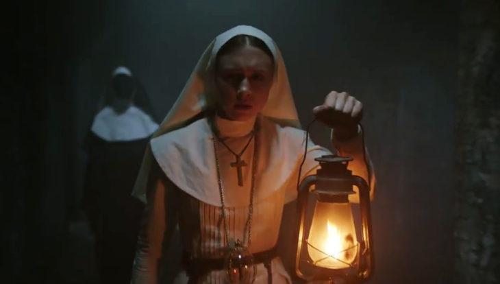 Bonnie Aarons vestida de monja, escena de la película La Monja
