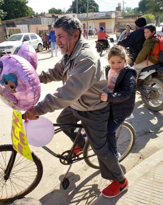 Carlos Héctor Daniel; abuelo decora bicicleta con globos y cartel para recoger a su nieta en su cumpleaños