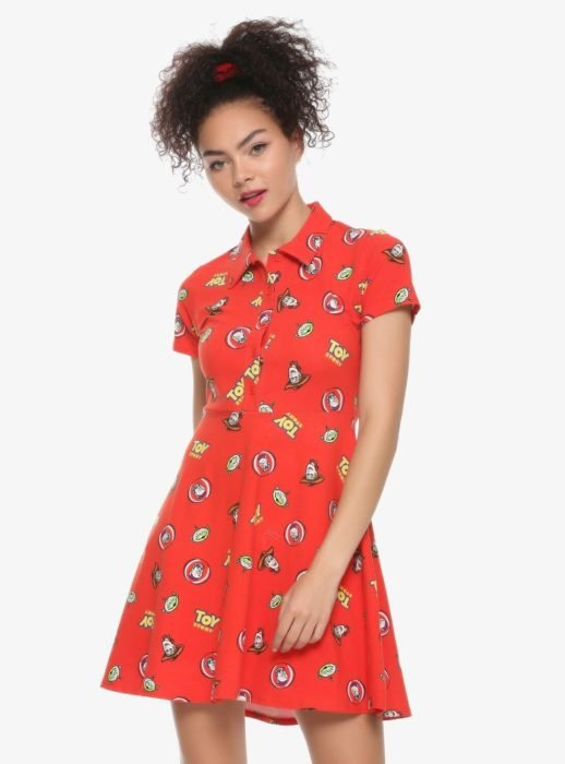 Chica llevando vestido rojo con estampado de Toy Story